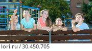 Купить «Five children point to something interesting», фото № 30450705, снято 30 июня 2018 г. (c) Яков Филимонов / Фотобанк Лори