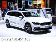 Купить «Volkswagen Passat GTE Variant», фото № 30451105, снято 10 марта 2019 г. (c) Art Konovalov / Фотобанк Лори