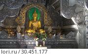 Купить «Скульптура сидящего Будды в интерьере Серебряного храма (Wat Sri Suphan). Чианг Май, Таиланд», видеоролик № 30451177, снято 22 декабря 2018 г. (c) Виктор Карасев / Фотобанк Лори