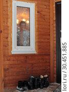 Пятилетний мальчик смотрит в окно (2019 год). Редакционное фото, фотограф Дмитрий Неумоин / Фотобанк Лори
