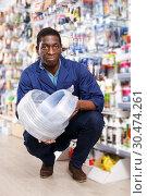 Купить «salesman of household store offering goods», фото № 30474261, снято 21 января 2019 г. (c) Яков Филимонов / Фотобанк Лори