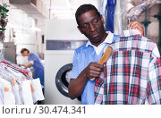 Купить «Laundry worker during daily work», фото № 30474341, снято 15 января 2019 г. (c) Яков Филимонов / Фотобанк Лори