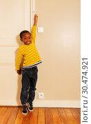 Купить «boy stretch his hand to measure height on door», фото № 30474921, снято 3 февраля 2019 г. (c) Сергей Новиков / Фотобанк Лори