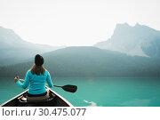 Купить «Woman kayaking in lake», фото № 30475077, снято 31 июля 2017 г. (c) Wavebreak Media / Фотобанк Лори