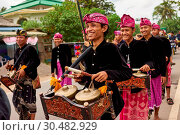 Musicians leading a traditional Sasak wedding procession, Lombok, Indonesia, Southeast Asia, Asia (2017 год). Редакционное фото, фотограф Simon Montgomery / age Fotostock / Фотобанк Лори