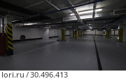 Купить «Underground car park with lots of empty space», видеоролик № 30496413, снято 12 апреля 2018 г. (c) Данил Руденко / Фотобанк Лори