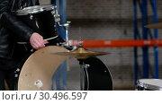 Купить «A man setting the drum kit together for the repetition», видеоролик № 30496597, снято 6 июля 2020 г. (c) Константин Шишкин / Фотобанк Лори