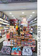 Сувенирный магазин с фигуркой Писающего мальчика и бельгийским шоколадом в Брюсселе (2018 год). Редакционное фото, фотограф V.Ivantsov / Фотобанк Лори