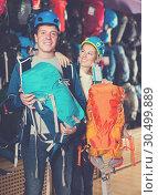 Купить «friends to choose backpacks for hiking», фото № 30499889, снято 25 октября 2017 г. (c) Яков Филимонов / Фотобанк Лори