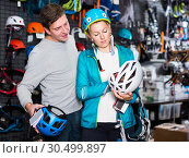 Купить «Athletes chooses climbing equipment», фото № 30499897, снято 25 октября 2017 г. (c) Яков Филимонов / Фотобанк Лори