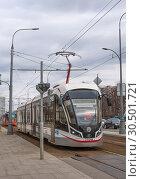 Новый московский трамвай на маршруте. Трамвайный светофор (2019 год). Редакционное фото, фотограф Наталья Николаева / Фотобанк Лори