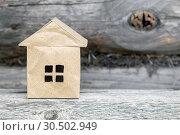 Купить «Бумажный домик на деревянном фоне. Строительство деревянных экологичных домов», фото № 30502949, снято 30 июня 2018 г. (c) Наталья Осипова / Фотобанк Лори