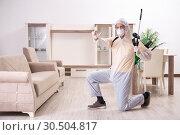 Купить «Pest control contractor working in the flat», фото № 30504817, снято 12 ноября 2018 г. (c) Elnur / Фотобанк Лори