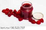 Купить «Raspberry jam and fresh raspberries», фото № 30523737, снято 22 августа 2019 г. (c) Яков Филимонов / Фотобанк Лори