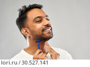 Купить «indian man shaving beard with razor blade», фото № 30527141, снято 27 октября 2018 г. (c) Syda Productions / Фотобанк Лори