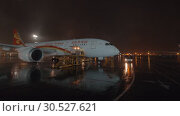 Купить «Loading cargo container into the plane of Hainan Airlines at night», видеоролик № 30527621, снято 31 октября 2017 г. (c) Данил Руденко / Фотобанк Лори