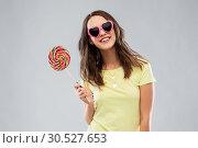 Купить «teenage girl in sunglasses with lollipop», фото № 30527653, снято 29 января 2019 г. (c) Syda Productions / Фотобанк Лори