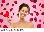 Купить «beautiful smiling woman holding red heart», фото № 30528445, снято 20 января 2019 г. (c) Syda Productions / Фотобанк Лори