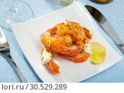 Купить «Split fried prawns with lemon and parsley on a white plate», фото № 30529289, снято 20 ноября 2019 г. (c) Яков Филимонов / Фотобанк Лори