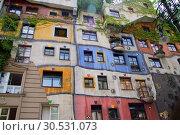 Hundertwasser haus in Vienna, Austria (2008 год). Стоковое фото, фотограф Tryapitsyn Sergiy / Фотобанк Лори