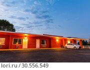 Купить «Sunset in touristic motel. USA car travel», фото № 30556549, снято 22 июня 2016 г. (c) Tryapitsyn Sergiy / Фотобанк Лори
