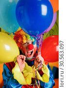 Купить «Clown with a bunch of colorful air balloons.», фото № 30563097, снято 30 октября 2016 г. (c) Tryapitsyn Sergiy / Фотобанк Лори