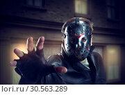 Купить «Serial murderer in hockey mask and leather gloves», фото № 30563289, снято 24 мая 2019 г. (c) Tryapitsyn Sergiy / Фотобанк Лори