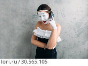 Mime actress performing with mobile phone. Стоковое фото, фотограф Tryapitsyn Sergiy / Фотобанк Лори
