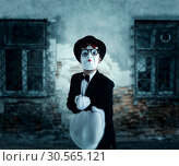 Купить «Pantomime actor in glasses shows boxer», фото № 30565121, снято 12 февраля 2017 г. (c) Tryapitsyn Sergiy / Фотобанк Лори