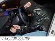 Male car thief breaks the ignition switch. Стоковое фото, фотограф Tryapitsyn Sergiy / Фотобанк Лори