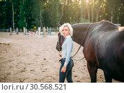 Купить «Portrait of young woman with brown horse», фото № 30568521, снято 17 сентября 2017 г. (c) Tryapitsyn Sergiy / Фотобанк Лори