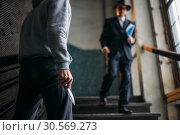 Robber with knife attack his victim in entrance. Стоковое фото, фотограф Tryapitsyn Sergiy / Фотобанк Лори