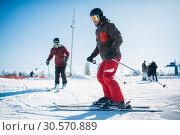 Beginners learn to ski, winter active sport. Стоковое фото, фотограф Tryapitsyn Sergiy / Фотобанк Лори