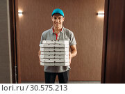 Купить «Pizza delivery man with boxes, delivering service», фото № 30575213, снято 4 ноября 2018 г. (c) Tryapitsyn Sergiy / Фотобанк Лори