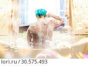 Купить «Fat ugly man washing in a bath», фото № 30575493, снято 22 апреля 2012 г. (c) Tryapitsyn Sergiy / Фотобанк Лори