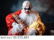 Купить «Scary bloody clown, scattered parts of human body», фото № 30575881, снято 7 декабря 2018 г. (c) Tryapitsyn Sergiy / Фотобанк Лори