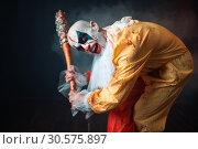 Купить «Bloody clown with crazy eyes holds baseball bat», фото № 30575897, снято 7 декабря 2018 г. (c) Tryapitsyn Sergiy / Фотобанк Лори