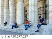Люди отдыхают на ступеньках у колонн Портала Героев (Внешние крепостные ворота, Бургтор), Вена, Австрия (2018 год). Редакционное фото, фотограф Ольга Коцюба / Фотобанк Лори