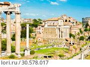 Купить «Вид на Римский Форум. Весенний день, солнечно. Рим. Италия», фото № 30578017, снято 28 апреля 2018 г. (c) E. O. / Фотобанк Лори