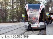 Купить «Пассажир переходит трамвайные пути в неположенном месте», фото № 30580869, снято 27 апреля 2018 г. (c) Дмитрий Рыженков / Фотобанк Лори