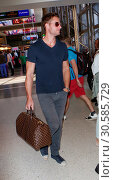 Купить «Justin Hartley and fiancée Chrishell Stause depart from Los Angeles International (LAX) Airport Featuring: Justin Hartley, Chrishell Stause Where: Los...», фото № 30585729, снято 15 июня 2017 г. (c) age Fotostock / Фотобанк Лори
