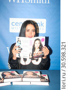 Marnie Simpson Does book signing at Waterstones Bluewater (2017 год). Редакционное фото, фотограф WENN.com / age Fotostock / Фотобанк Лори