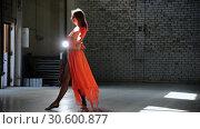 Купить «Young beautiful woman ballerina dancing in the pointe shoes», видеоролик № 30600877, снято 27 мая 2020 г. (c) Константин Шишкин / Фотобанк Лори