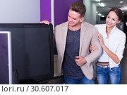 Купить «Young people purchasing flat screen television set», фото № 30607017, снято 19 апреля 2019 г. (c) Яков Филимонов / Фотобанк Лори