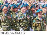 Купить «Russia, Samara, May 9, 2018: Veterans of the Airborne Forces at the parade. Russian text: Airborne Forces Russia Union of Airborne Veterans», фото № 30612717, снято 9 мая 2018 г. (c) Акиньшин Владимир / Фотобанк Лори