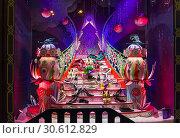 Купить «Рождественские украшения в витрине парижского универмага Галереи Лаффает (Galeries Lafayette). Женские туфли красиво расставлены на лестнице.», фото № 30612829, снято 18 декабря 2018 г. (c) Сергей Рыбин / Фотобанк Лори