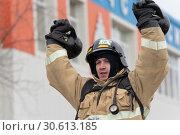 Купить «Сотрудник МЧС России поднимает две гири весом по 24 килограмма. Функциональное пожарно-спасательное многоборье», фото № 30613185, снято 19 апреля 2019 г. (c) А. А. Пирагис / Фотобанк Лори