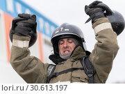 Купить «Сотрудник МЧС России поднимает две гири весом по 24 килограмма. Функциональное пожарно-спасательное многоборье», фото № 30613197, снято 19 апреля 2019 г. (c) А. А. Пирагис / Фотобанк Лори