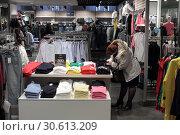 Купить «Женщина выбирает одежду», эксклюзивное фото № 30613209, снято 17 апреля 2019 г. (c) Дмитрий Неумоин / Фотобанк Лори