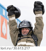 Купить «Сотрудник МЧС России поднимает две гири весом по 24 килограмма. Функциональное пожарно-спасательное многоборье», фото № 30613217, снято 19 апреля 2019 г. (c) А. А. Пирагис / Фотобанк Лори